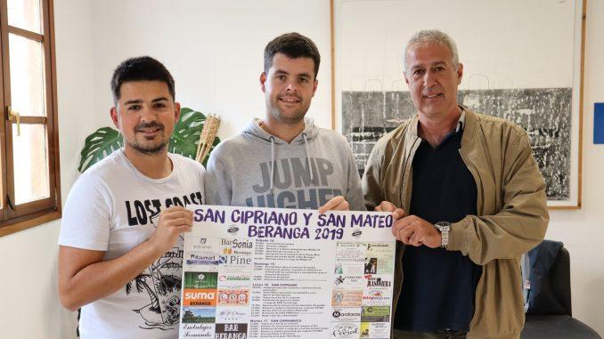 El Alcalde, José María Ruiz Gómez, junto a miembros de la Comisión de Fiestas de Beranga, Francisco Albo y Jonathan Zorrilla.